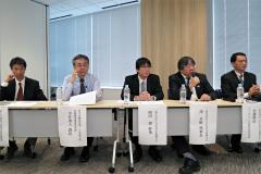 右から2人目が日本再生医療学会の澤理事長。左から2人目が厚労省の中井医療機器審査管理課長、左端がPMDAの近澤再生医療製品等審査部長(17日、東京都内)