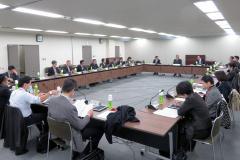 """同局として初めて開いた""""ペーパーレス会合""""だったため、委員の机上にはタブレット端末が=17日、厚労省"""
