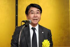 新年祝賀会で挨拶するOTC薬協の佐藤誠一会長