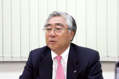 医薬事業再編の狙いを説明する三輪社長(東京都中央区、21日午後)