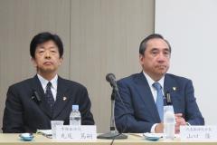 あすか製薬の山口隆社長(右)と丸尾篤嗣専務(24日、都内)